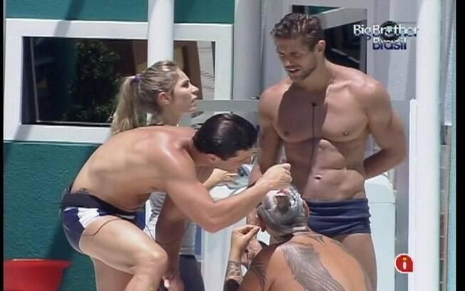 João Carvalho tira o pouco cabelo que lhe resta