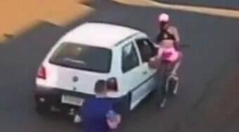 Jovem cai de bicicleta após ser assediada por passageiro em carro