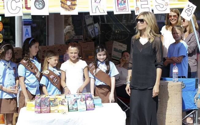 Heidi Klum ajuda a filha a vender cookies