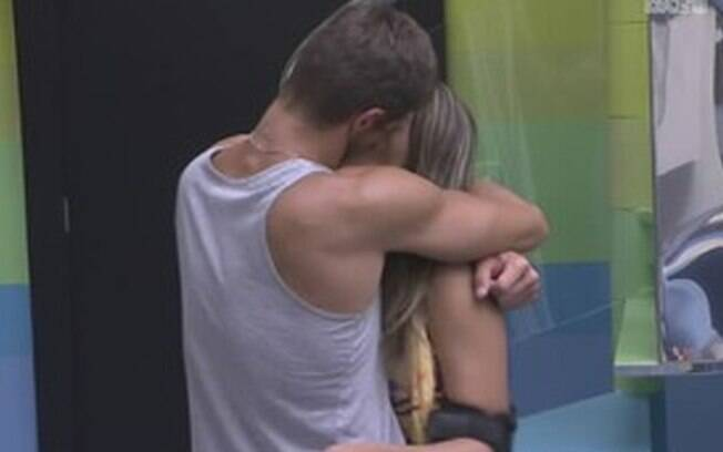 Monique e Jonas se beijam distante dos olhares dos companheiros de confinamento