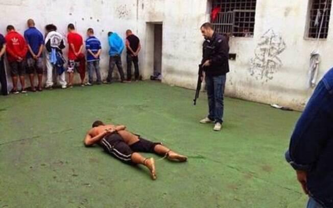 Imagem divulgada nas redes sociais mostra Verônica com pés e mãos algemadas sob na carceragem do 2º DP. Foto: Reprodução/Facebook