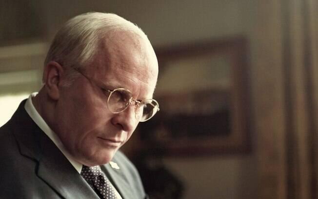 Christian Bale como Dick Cheney em cena de