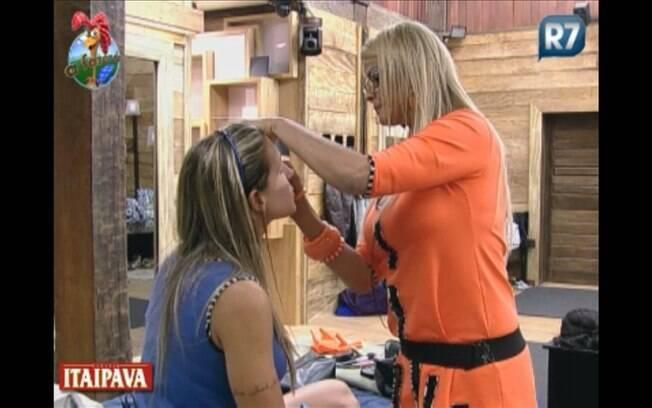 Monique prepara maquiagem de Joana para a festa