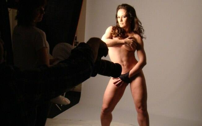 Núbia Óliiver posou sensual para ensaio de seu site oficial