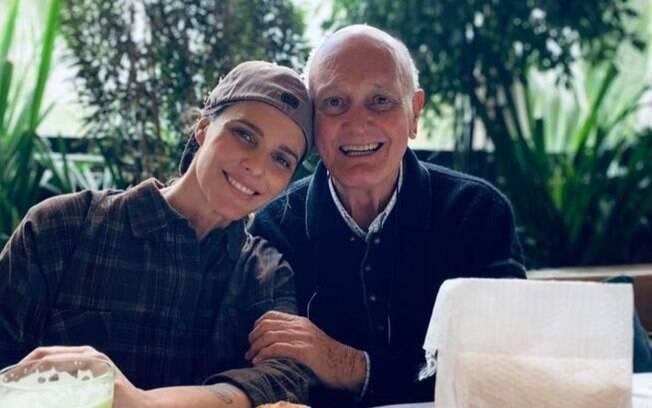 Fernanda Lima fala obre o estado de saúde do pai