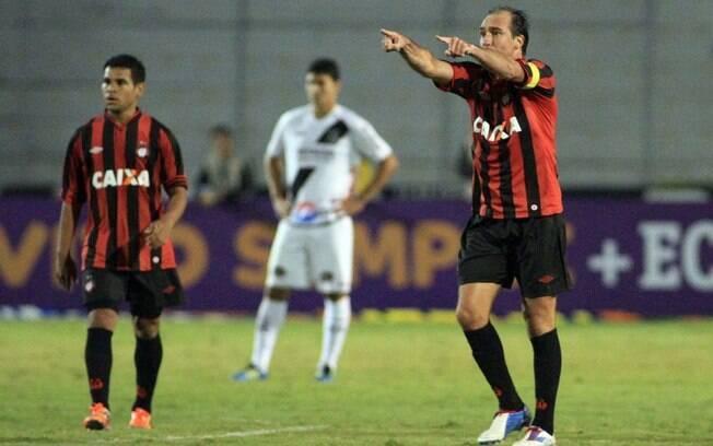 O veterano Paulo Baier não perdoou e fez o  gol de empate para o Atlético-PR em Campinas