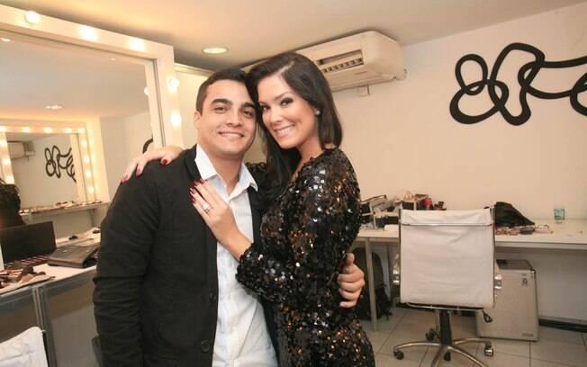 Débora Lyra com o namorado, Hermon Lopes, recebem alta do hospital