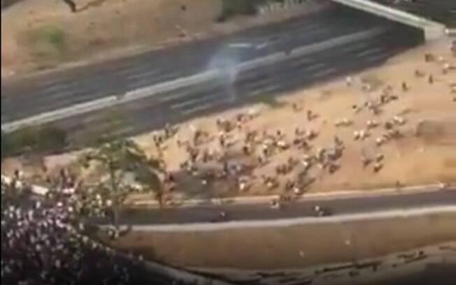 Vídeo de venezuelanos sendo atacados por militares apoiadores de Maduro após chamado de Guaidó