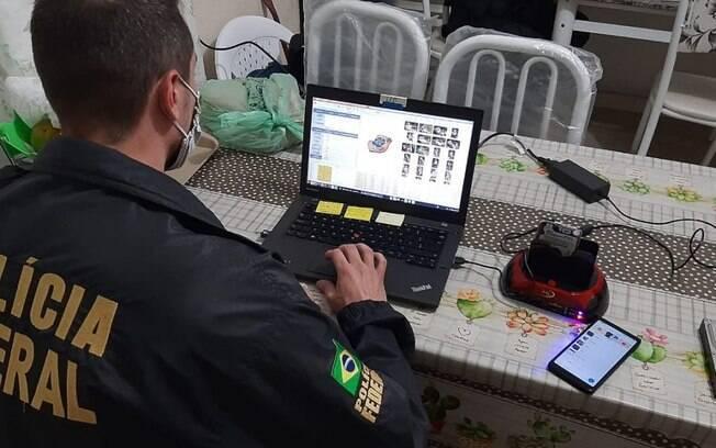 homem usando computador