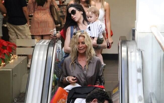 Danielle Winits carrega o filho mais novo, Guy, enquanto sua mãe, Nadja, segura as compras de Natal