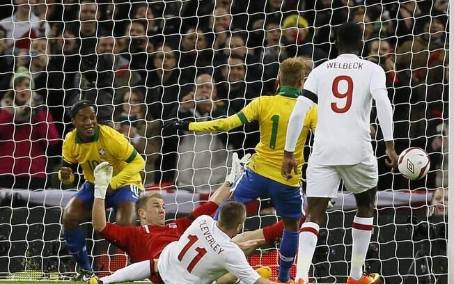 Neymar tenta, mas não consegue fazer o gol  após Ronaldinho perder pênalti