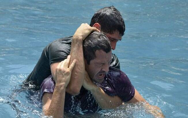 Quinzé (Malvino Salvador) e Wallace (Dudu Azevedo) se atracam na piscina de