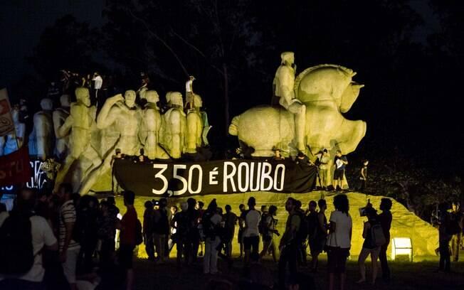 Manifestantes se erguem sobre Monumento às Bandeiras, um dos símbolos paulistanos
