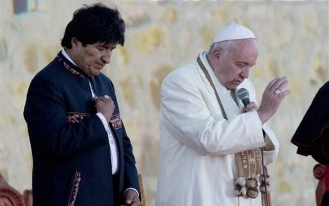 Francisco comanda oração ao lado do presidente boliviano, Evo Morales, nesta sexta-feira (8)