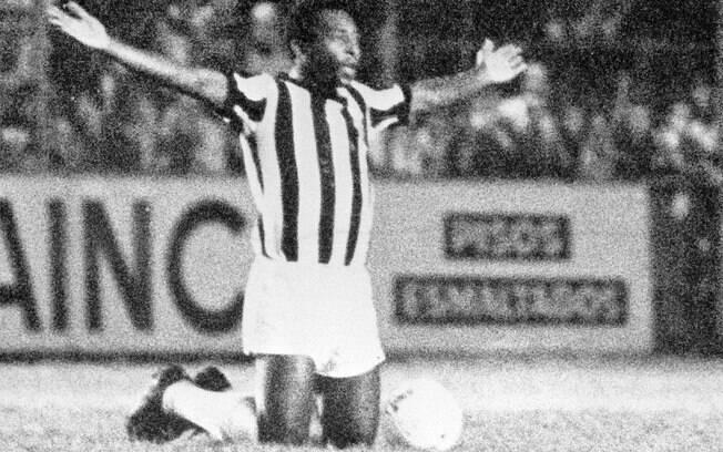 Pelé se ajoelha no gramado da Vila Belmiro em 1974, durante jogo contra a Ponte Preta, seu último pelo Santos. Foto: Gazeta Press