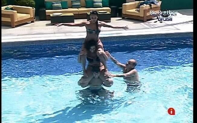 Brothers brincam na piscina na tarde desta terça-feira (28)