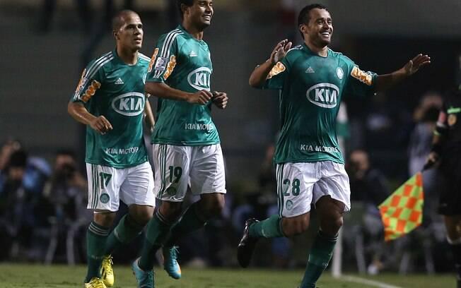 Charles comemora o segundo gol do Palmeiras  contra o Tigre