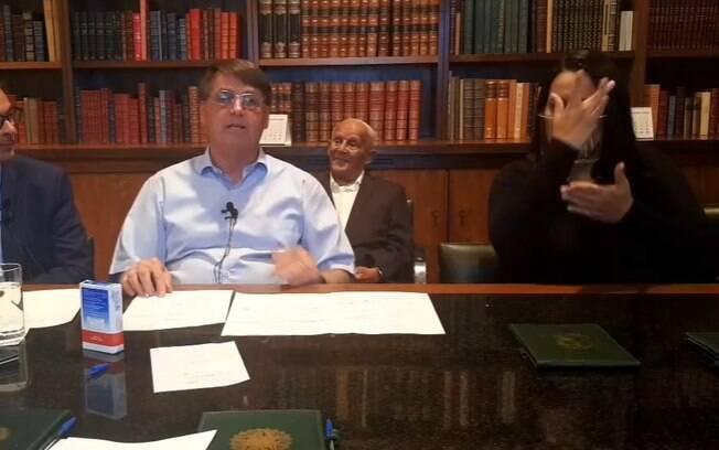 Ontem, Bolsonaro disse respeitar o teto de gastos ao lado de Maia e Alcolumbre