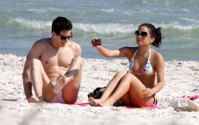 Carol Macedo faz fotos na praia
