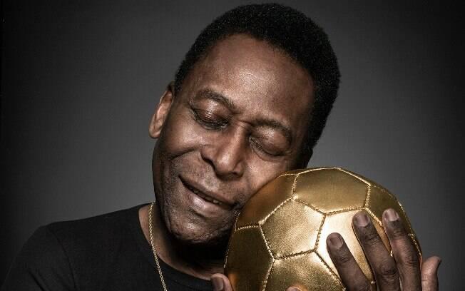 Pelé passou por cirurgia na França e está no Brasil