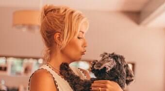 Luiza Possi encanta web com foto ao lado de seu cãozinho