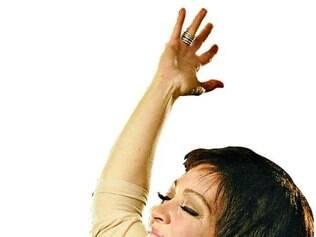 Produção. Laila Garin leva mais de duas horas para aquecer a voz e esconder os cabelos ruivos e olhos azuis, tudo para encarnar a cantora Elis Regina em musical