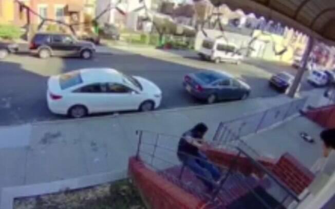 No vídeo, é possível ver que a vítima tenta evitar que os inquilinos fujam antes de ser jogado escada abaixo