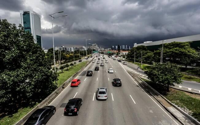 Nuvens carregadas no início da tarde desta sexta-feira (19) em São Paulo