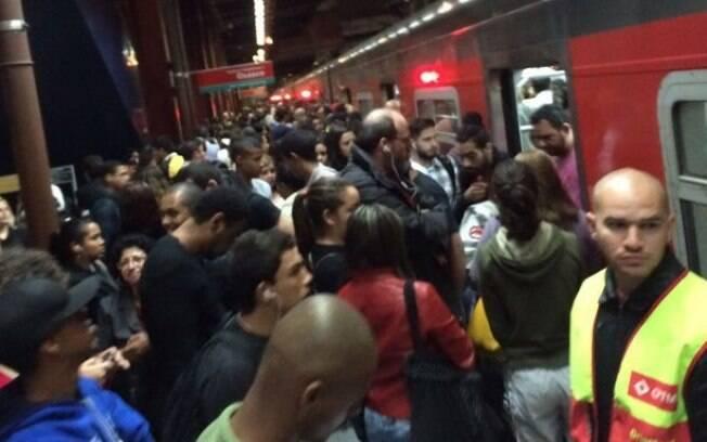 Usuários se apertam para entrar nos trens na direção do Grajaú, na Estação Pinheiros da Linha Esmeralda da CPTM