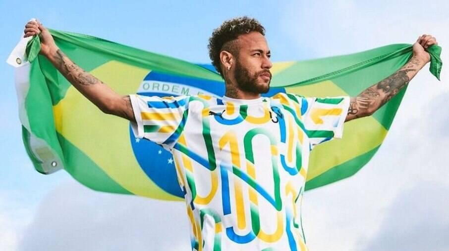 Neymar Jr. publica foto segurando a bandeira do Brasil