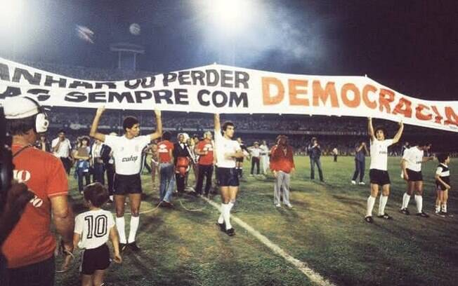 Faixa da democracia corinthiana, em 1984