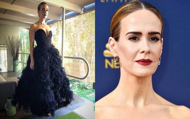 Looks das famosas: Sarah Paulson complementou o vestido preto com um batom vinho, trazendo cor ao visual elegante
