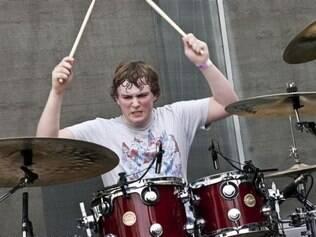 Baterista Mike Byrne deixa a banda.