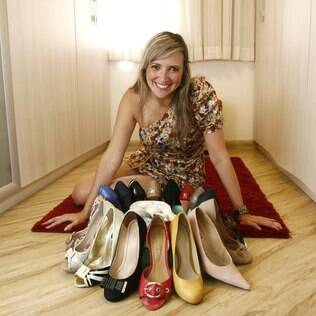 Tamara Lazarini rodeada por seus sapatos:  15 vestidos pretos e vidros de perfumes que venciam ainda fechados