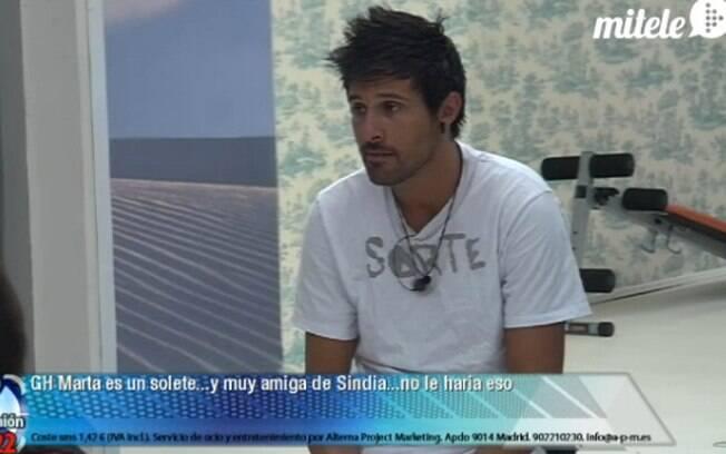 A surfista emprestou a camiseta que ganhou do brasileiro Fael