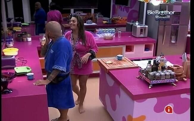 Monique e João Carvalho papeiam na cozinha antes de subirem para a Selva