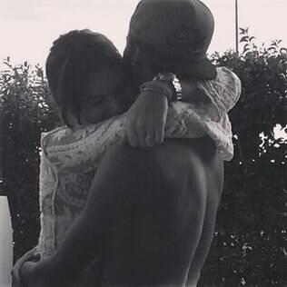 Neymar publica foto abraçado com Bruna Marquezine e diz sentir saudade