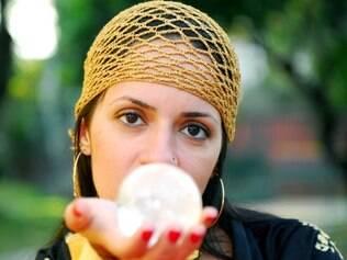 Danielle Madeira não abre mão do uso da bola de cristal para praticar vidência