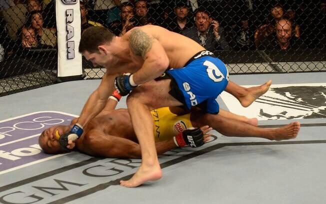 Brasileiro leva série de golpes no chão