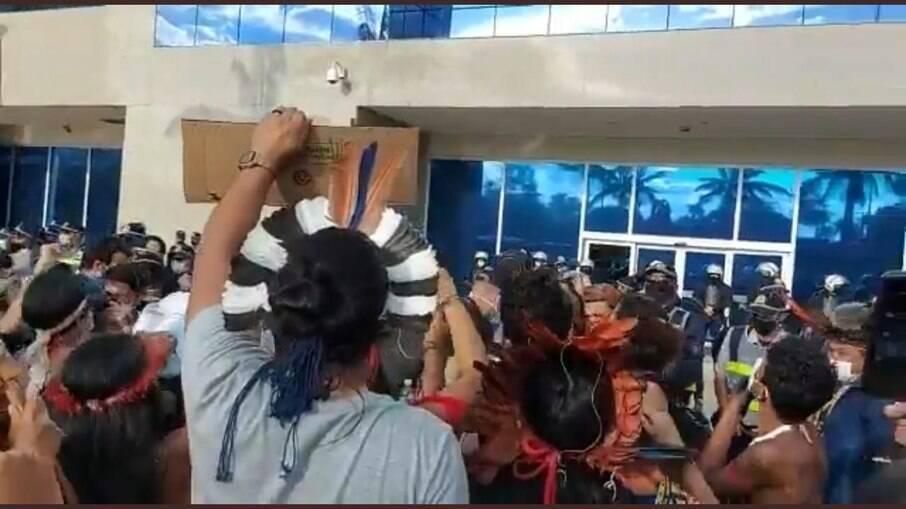 Indígenas protestando em frente ao predio da Funai, em Brasília
