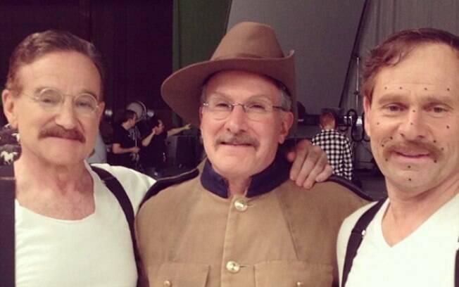 Robin Williams e seus dublês Mike and Mitchell no set de Uma Noite no Museu 3