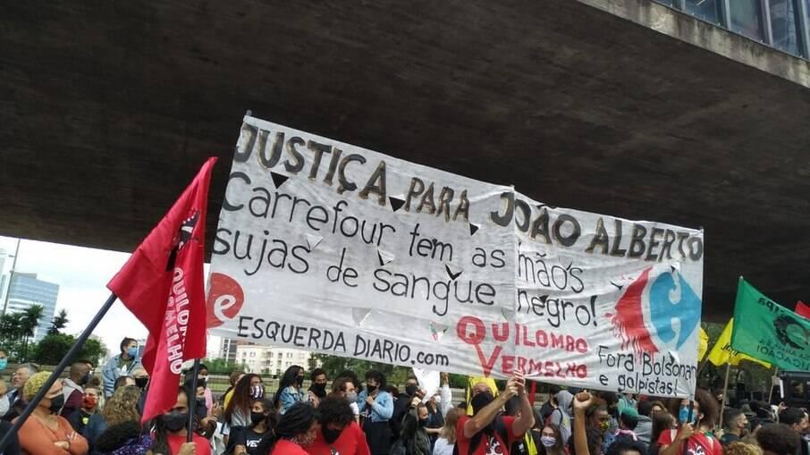 Manifestantes protestam contra morte de João Alberto nas mãos de seguranças do Carrefour