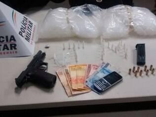 Foram apreendidas drogas e uma pistola com munição