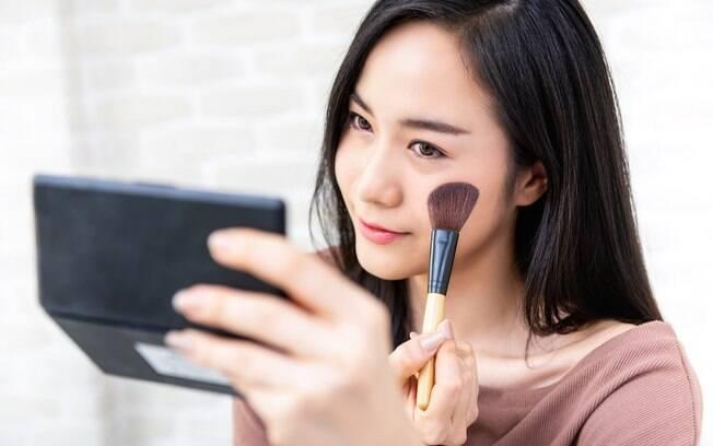 Para não cometer erros de maquiagem, opte por um blush que se assemelhe à cor que você cora normalmente, como rosé