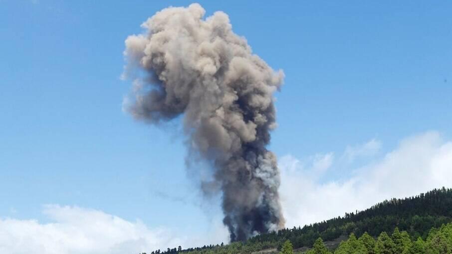 Vulcão Cumbre Vieja entra em erupção