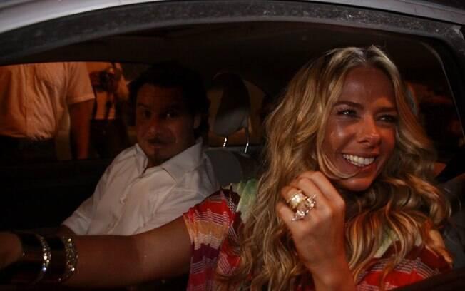Adriane Galisteu dirige seu próprio carro para ir ao evento com o marido