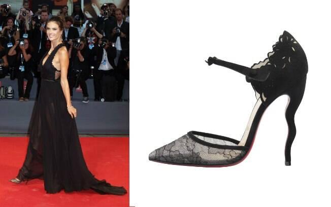 Alessandra Ambrósio com o modelo Magicadiva de bico fino, feito em renda e camurça e salto ondulado (preço sob consulta)
