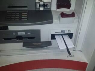 Peça de metal é introduzida no local onde os envelopes são depositados