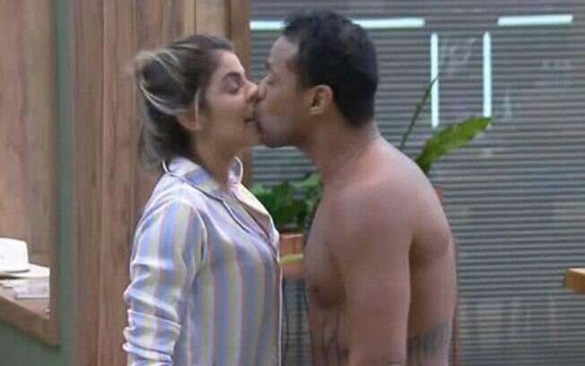 Phellipe beija Hariany a força em