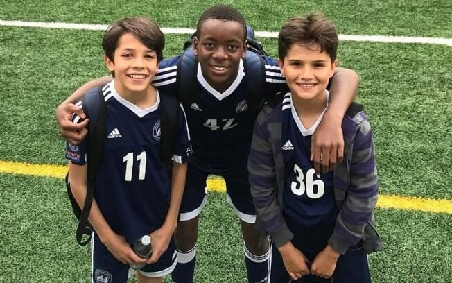 David Banda (centro), filho de Madonna, é fanático por futebol